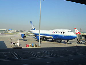 English: United Airlines Boeing B747-400 at Be...